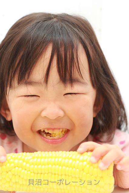 トウモロコシを食べる女の子